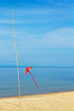 Ein roter Drachen auf dem Strand Lizenzfreie Stockbilder