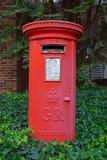 Ein roter GR-Briefkasten typisch im Vereinigten Königreich Lizenzfreie Stockbilder