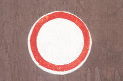 Ein roter runder Rahmen mit Leerstelle Einzelnes ABC gezeichnetes lateinisches Kurzzeichen über dem weißen Hintergrund Lizenzfreies Stockbild