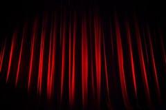 Ein roter Samttheatervorhang vor der Show fängt an Lizenzfreie Stockfotografie
