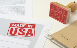 Ein roter Stempel auf einem Dokument - hergestellt in USA lizenzfreie stockfotos