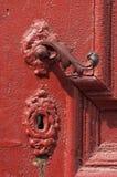 Ein roter Türgriff und ein Verschluss Lizenzfreie Stockfotografie