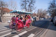 Ein roter Taxifahrer in den modernen Straßen Lizenzfreie Stockfotografie