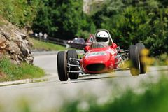 Ein rotes Branca Formula-Juniorauto nimmt zum Rennen Kirchenschiff Caino Sant'Eusebio teil Lizenzfreie Stockbilder