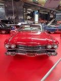 Ein rotes Cadillac im Museum stockbild