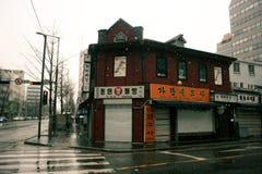 Ein rotes Eckgebäude im Winter in Seoul, Korea lizenzfreie stockbilder