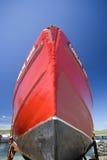 Ein rotes hölzernes Boot Lizenzfreie Stockfotografie
