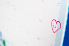 Ein rotes Herz-förmiges Kennzeichen auf vierzehntem Stockbild