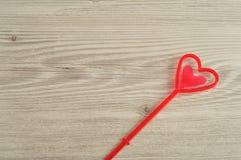 Ein rotes Herz für das Halten einer Anmerkung Stockfotos