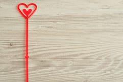 Ein rotes Herz für das Halten einer Anmerkung Stockfoto