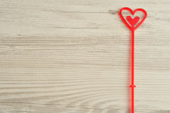 Ein rotes Herz für das Halten einer Anmerkung Stockfotografie