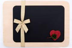 Ein rotes Herz und ein Bogen Stockbild