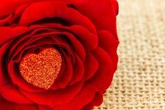Ein rotes Herz und eine Rose Stockbild