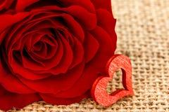 Ein rotes Herz und eine Rose Stockfotos