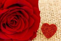Ein rotes Herz und eine Rose Stockbilder
