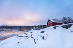 Ein rotes kleines Häuschen in Stockholms-Archipel lizenzfreie stockfotos