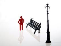 Ein rotes Leutezeichen und -bank Lizenzfreie Stockfotografie