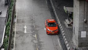 Ein rotes Taxi auf Straße in Bangkok, Thailand lizenzfreie stockbilder