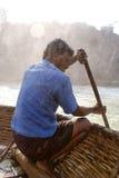 Ein Rudermann, der seinen Coracle bei Hogenakkal oaring ist, fällt Stockfoto