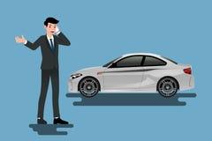 Ein ruhiger Geschäftsmann nennt zur Versicherungsgesellschaft für Hilfe über sein defektes Auto, das auf dem Straßenrand geparkt  Lizenzfreie Stockfotografie
