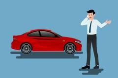 Ein ruhiger Geschäftsmann nennt zur Versicherungsgesellschaft für Hilfe über sein defektes Auto, das auf dem Straßenrand geparkt  Stockfoto