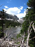 Ein ruhiger See in den felsigen Bergen Lizenzfreie Stockbilder