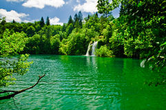 Ein ruhiger See und ein waterfal Stockfotos