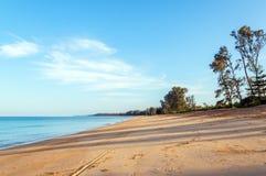 Ein ruhiger Strand am frühen Morgen Stockbilder