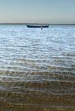 Ein ruhiger Tag an der Bucht mit Wasser des ruhigen Sees Stockfoto