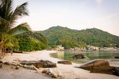 Ein ruhiger tropischer Prämienstrand für das Schwimmen stockfoto