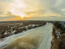 Ein ruhiger Winterabend durch den Fluss Sonnenuntergang Stockbilder