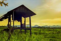 Ein ruhiges Bauernhaus auf der Landschaft die Landschaft des ländlichen Gebietes auf Abendsonnenuntergangzeit schuf entspannendes Lizenzfreies Stockfoto
