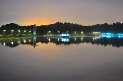 Ein ruhiges oberes Seletar-Reservoir bis zum Nacht Stockfotografie