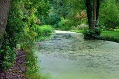 Ein ruhiges Stauwasser Stockfoto