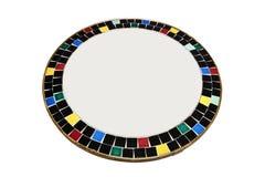 Ein runder Spiegel umgeben durch keramische Stücke Lizenzfreie Stockfotografie