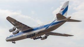 Ein ` An-124 Ruslan-` Fracht-Düsenflugzeug landet an Moskau-` s Sheremetyevo Flughafen SVO stockbilder