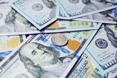 Ein russischer Rubel vor dem hintergrund der Dollar 3d übertrug Abbildung Stockbild