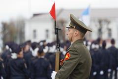 Ein russischer Soldat mit einem Gewehr steht in einem ernsten Schutz an der Victory Day-Parade lizenzfreies stockfoto