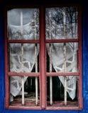 Ein rustikaler hölzerner Fensterrahmen mit schöner Ansicht Dimitrie Gusti National Village Museum, Bukarest, Rumänien lizenzfreies stockfoto