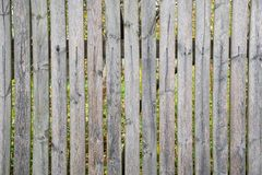 Ein rustikaler Palisadenzaun Grauer alter fauler Zaun stockfoto