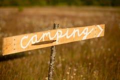 Ein rustikales Zeichen zeigt auf einen kampierenden Bereich auf einem trockenen Gebiet Stockbild