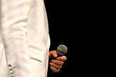 Ein Sänger, der ein Mikrofon hält Lizenzfreies Stockbild