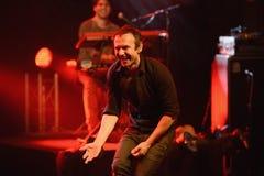 Ein Sänger, der Gefühl zum Auditorium gibt Stockfotos
