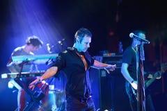 Ein Sänger, der weit beiseite seine Hände bei der Ausführung eines Liedes ausdehnt Stockfotografie