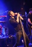 Ein Sänger lehnt sich zurück beim Gesang eines Liedes Stockbild