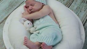 Ein Säuglingsbabyschlafen stock video