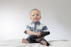 Ein Säuglingskind mit Karaokemikrofon Stockfotos