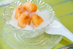 Ein süßes Konserve zalacca im Sirup und im Eis Stockfotografie