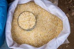 Ein Sack thailändische Reiskörner im Frischmarkt Lizenzfreies Stockbild