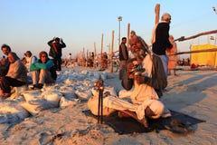 Ein Sadhu singt Gebete, während er kommt, heiliges Bad bei Kumbh Mela zu nehmen stockfotografie